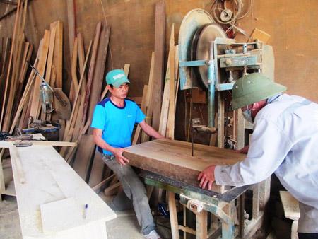 Nghề mộc dân dụng là một trong những nghề tạo thu nhập cao cho bà con xã Quảng Tâm, TP.Thanh Hóa.