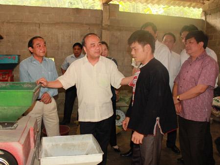 Chủ tịch Nguyễn Quốc Cường (giữa) thăm cơ sở sản xuất của gia đình anh Lý Văn Chiêu.