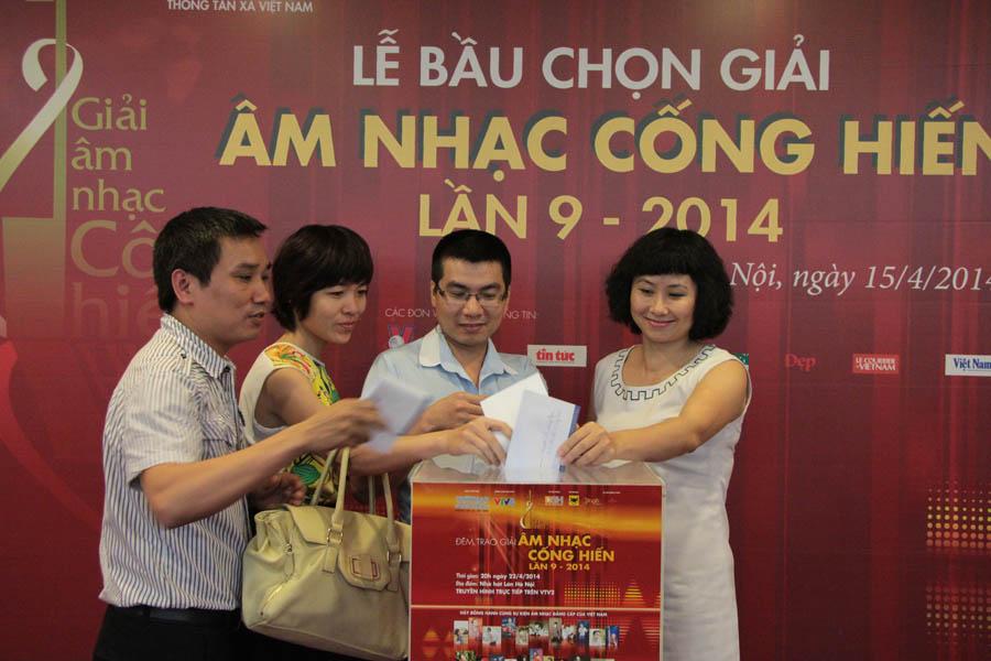 Các nhà báo bỏ phiếu tại Lễ bình chọn Giải âm nhạc cống hiến lần 9-2014, chiều ngày 15.04 tại Hà Nội