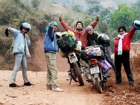 Nhiều bạn trẻ chọn cách du lịch bằng xe máy  để tiết kiệm chi phí (ảnh minh họa).