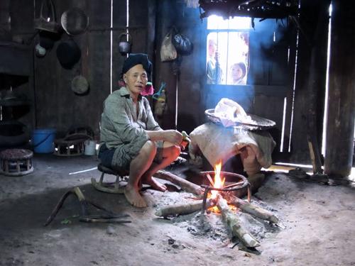Bên trong ngôi nhà đất của người Dao (Nguồn: DTV)