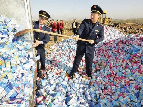 Tiêu huỷ sữa nhiễm melamine tại Trung Quốc năm 2008. Ảnh: TL