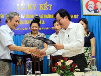 """Lễ ký kết giữa Cơ quan thường trú Đài Tiếng nói Việt Nam Khu vực Tây Bắc và HĐND tỉnh Sơn La tuyên truyền """"Bếp nấu ăn tập trung tại các trường có học sinh bán trú"""