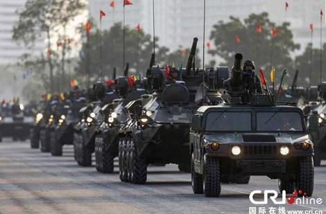 Đội hình xe thiết giáp BTR-3 của Thái Lan trong duyệt binh.