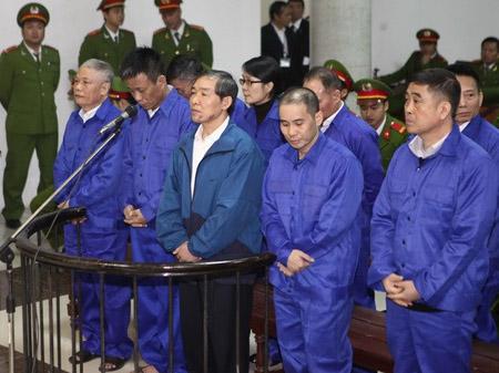 Các bị cáo tại phiên xét xử sơ thẩm tháng 12.2013.