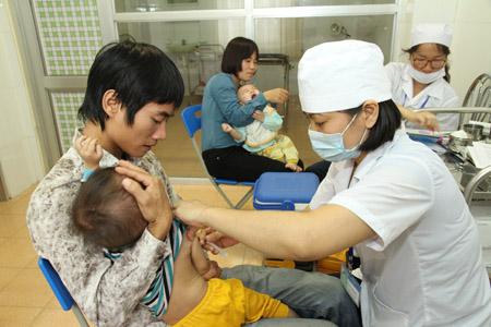 Hà Nội đang tiêm chủng miễn phí vaccine sởi cho trẻ từ 9 tháng đến 6 tuổi.