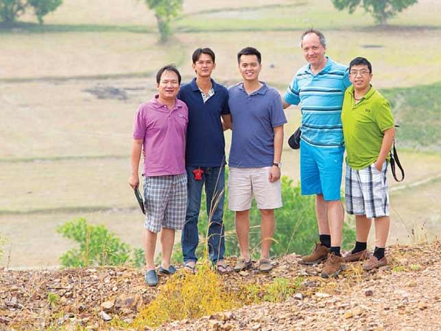 Anh Huỳnh Quang Vinh (bìa trái) cùng nhóm bạn về trải nghiệm  cánh đồng lúa ở Tà Pạ.  Ảnh: TL T.N.