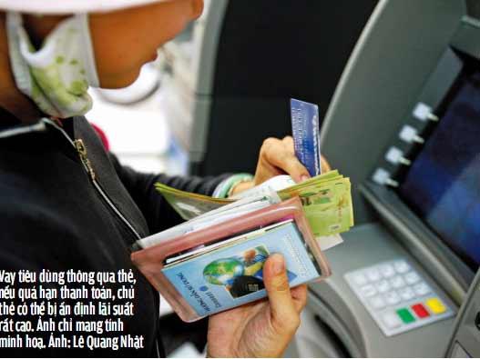 Vay tiêu dùng thông qua thẻ, nếu quá hạn thanh toán, chủ thẻ có thể bị ấn định lãi suất rất cao. Ảnh chỉ mang tính minh hoạ. Ảnh: Lê Quang Nhậ