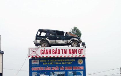 Chiếc xe này được một doanh nghiệp mua từ tỉnh khác về làm tượng trưng, cảnh báo người tham gia giao thông.