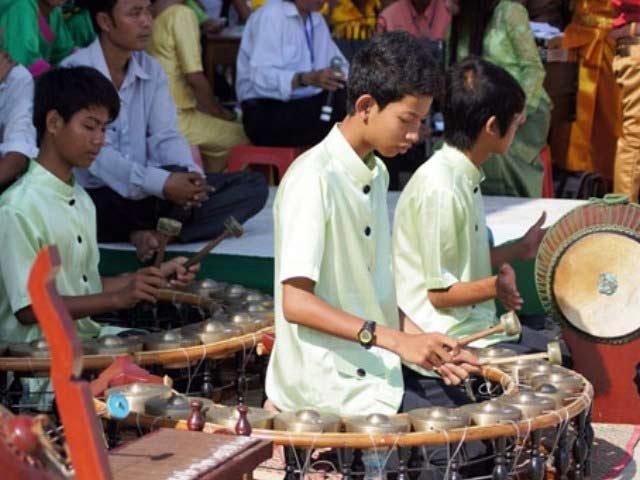 Dàn nhạc ngũ âm biễu diễn trong lễ hội Oóc – Oom – Bóc Sóc Trăng.