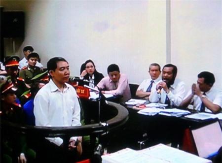 Dương Chí Dũng tung hứng với luật sư bảo vệ của mình.