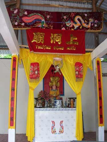 Bàn thờ Thượng Động Cố Hỉ tại chánh điện Thượng động miếu  tại một ngôi chùa vùng Thất Sơn (An Giang)