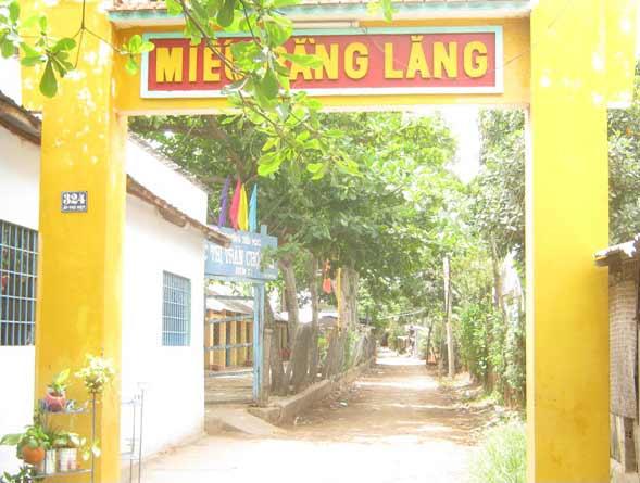 Miếu Bằng Lăng tức Miếu Bà Thượng Động Cố Hỉ ở ấp Phú Hiệp, thị trấn Chợ Vàm, huyện Phú Tân, An Giang