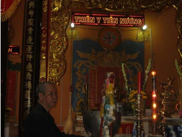 Chánh điện Miếu Bằng Lăng trước đây ghi Thượng Động Cố Hỉ,  nay sửa là Thiên Y Tiên Nương