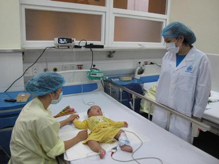 Bộ trưởng Bộ Y tế Nguyễn Thị Kim Tiến thăm hỏi bệnh nhân chiều 24.4.