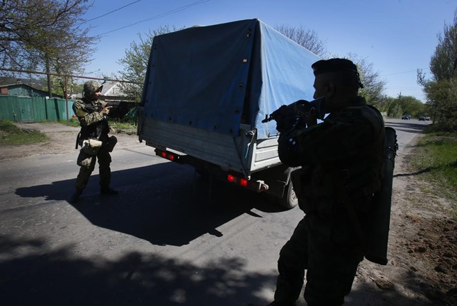 Lực lượng tự vệ địa phương ở Slavyansk dừng một xe tải để kiểm tra trên đường dẫn vào thị trấn (Nguồn: AFP)