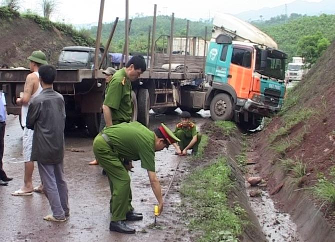 Ảnh: Lực lượng công an khám nghiệm hiện trường, giải tỏa ách tắc cho cung đường.