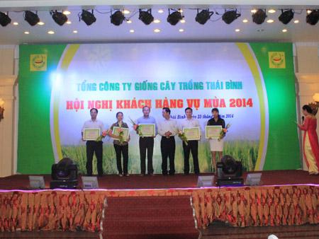 Tổng Giám đốc TSC Trần Mạnh Báo trao thưởng cho các khách hàng.