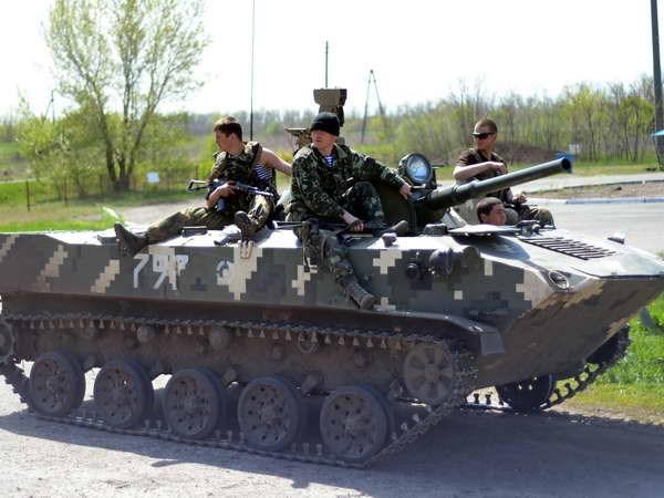 Binh sỹ Ukraine gác tại một chốt kiểm soát cách thành phố Slavyansk khoảng 30km ngày 27.4. (Nguồn: AFP/TTXVN)