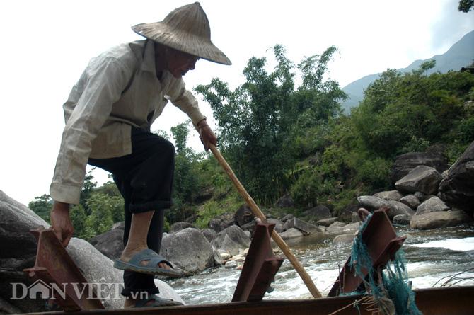 Cụ Chẻo Sài He (72 tuổi) ở bản Chu va 6 đang tìm cách vượt suối khi cầu tạm Chu va 6 bị lũ cuốn trôi.
