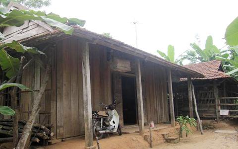 Ông sống trong ngôi nhà nhỏ nằm giữa nông trường Việt Trung