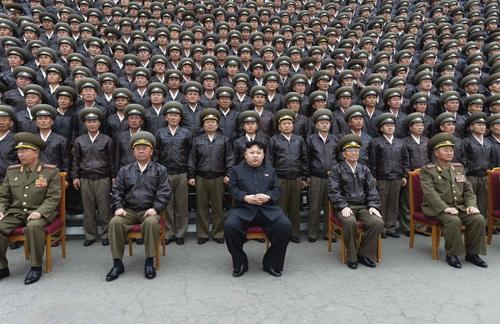 Lãnh đạo CHDCND Triều Tiên Kim Jong-un chụp hình với các tướng lĩnh tại Bình Nhưỡng hôm 17.4 - Ảnh: Reuters