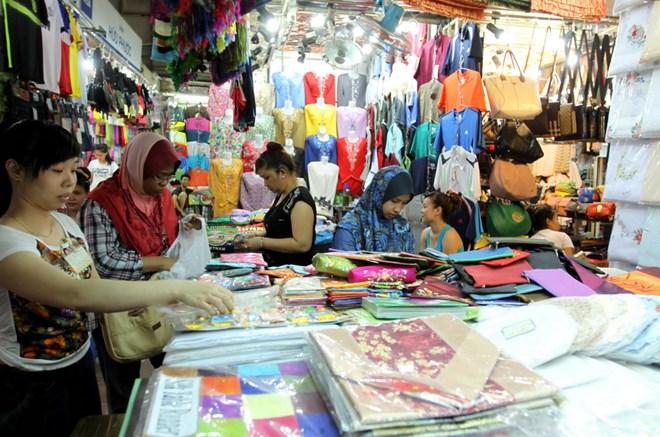 Khách du lịch quốc tế tham quan, mua sắm tại chợ Bến Thành. (Ảnh: Thanh Vũ/TTXVN)