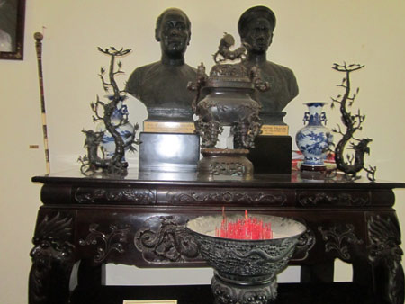 Bàn thờ vợ chồng ông hội đồng Trần Trinh Trạch, thân sinh của Công tử Bạc Liêu Trần Trinh Huy.