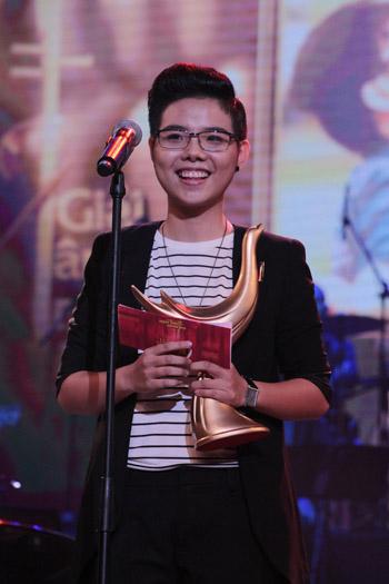 Ca sĩ Cát Tường nhận giải Cống hiến 2014.