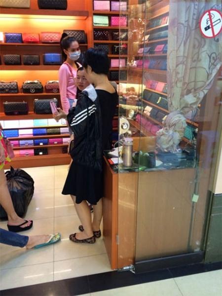 Bức ảnh đi mua sắm gây nên nhiều tranh cãi của Ngọc Trinh.