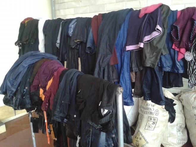 Một số quần áo mà người dân đưa ra ngoài.