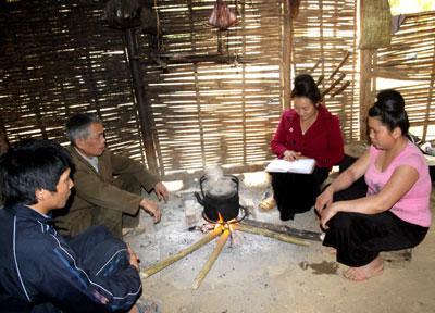 Phụ nữ bản Nà Kham, xã Mường Cai (Sông Mã) tuyên truyền nội dung Nghị quyết liên tịch 01 cho nhân dân. (Ảnh minh họa, nguồn Báo Sơn La)