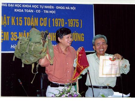Tác giả Nguyễn Như Thìn (trái) trong cuộc gặp gỡ với bạn bè tại Trường Đại học Khoa học tự nhiên sau 35 năm ra trường.