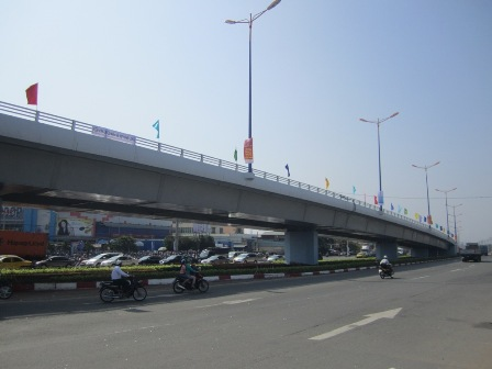 Những cây cầu vượt như cầu vượt Thủ Đức giúp giảm ùn tắc tại các giao lộ trọng điểm