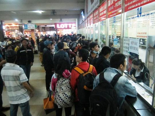 Đông nghẹt khách đến mua vé về quê nghỉ lễ tại bến xe miền Đông chiều 29.4.