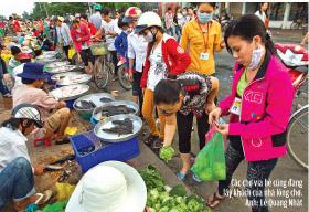 Các chợ vỉa hè cũng đang lấy khách của nhà lồng chợ. Ảnh: Lê Quang Nhật