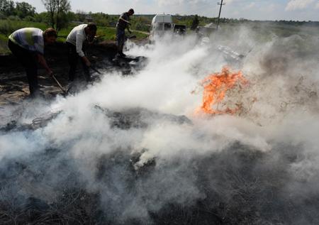 Người biểu tình lập rào chắn ở làng Andreevka, gần thành phố Slavyansk ngày 4/5. Ảnh: AFP/TTXVN