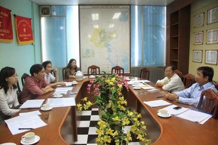 Nhóm nghiên cứu của LANDA, VCCI (trái) trong một buổi làm việc.
