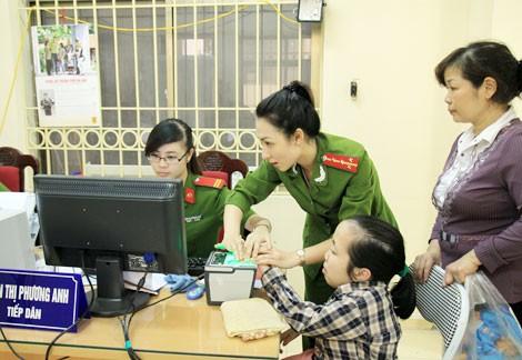 Lực lượng Cảnh sát quản lý hành chính về trật tự xã hội hướng dẫn người dân trong việc cấp đổi CMND.