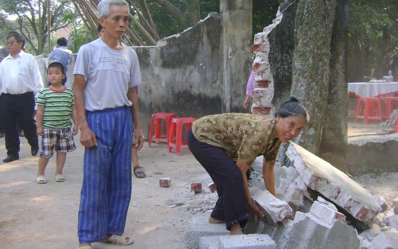 Người dân thôn Pheo, xã Minh Quang (Ba Vì, Hà Nội)  tự nguyện phá dỡ tường rào, hiến 1.800m2 để mở đường.