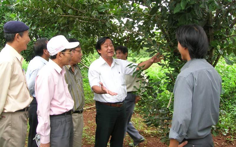 Chuyên gia Nguyễn Lân Hùng hướng dẫn bà con nông dân cách làm ăn.
