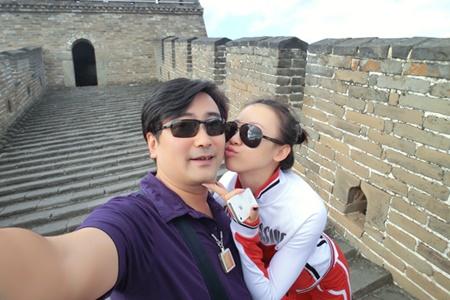 Quan tham Fan Yuetime và cô bồ Ji Yingnan, 26 tuổi chụp ảnh tự sướng tình tứ.