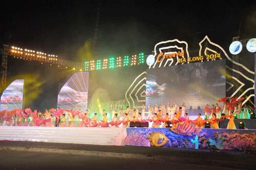 Phần diễn bài Đêm hội Hạ Long tại Carnaval Hạ Long 2014 không xuất hiện Hồ Quỳnh Hương, chỉ có dàn vũ đạo và bài hát đã được thu âm sẵn - Ảnh: Thúy Hằng