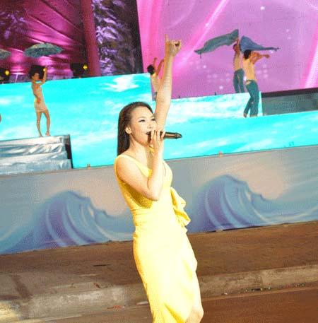 Hồ Quỳnh Hương hát tại Carnaval Hạ Long 2013 tuy nhiên vắng mặt ở Carnaval Hạ Long 2014 vì lý do