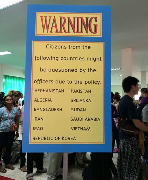 Tấm biển thông báo du khách Việt Nam và một số quốc gia khác có thể bị tra hỏi khi nhập cảnh tại cửa khẩu Arayaprathet, Thái Lan.