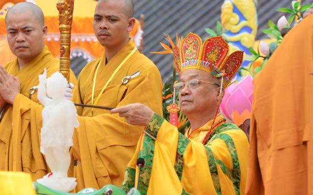 Nghi thức tắm Phật được thực hiện ngay sau đó tại sân điện chính Thích Ca.