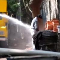 Ấn Độ dùng vòi rồng tấn công người tè bậy