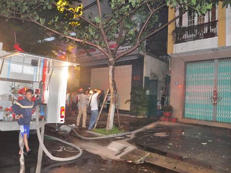Hiện trường vụ cháy tại căn nhà trên đường Nguyễn Hữu Thọ.