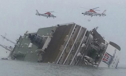 Trực thăng cứu hộ bay trên phà Sewol khi nó bắt đầu chìm hôm 16.4. Ảnh: Reuters.