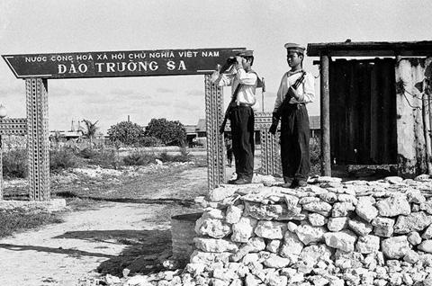Các chiến sĩ trên đảo Trường Sa Lớn (năm 1988 còn gọi là đảo Trường Sa)